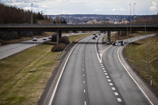 Poliisia haulikolla ampunut mies kuoli poliisin luotiin Turuntiellä Lempäälässä viime lauantaina.
