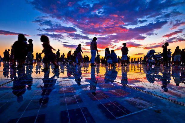 Zadarin rantakadulla riittää väkeä auringonlaskun aikaan.