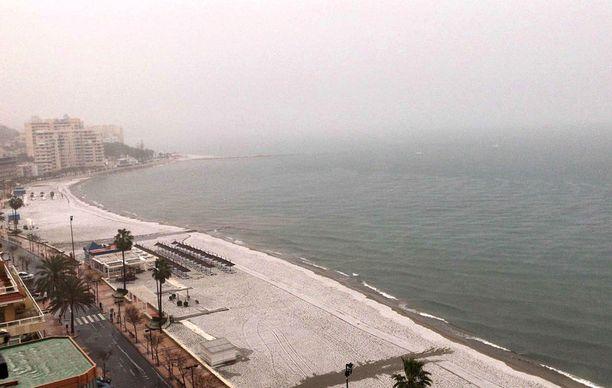 Espanjan Fuengirolassa maa muuttui valkoiseksi maanantaina. Fuengirolassa 25 vuotta asunut suomalaisnainen sanoo, ettei ole kertaakaan aiemmin nähnyt rantaa valkoisena.