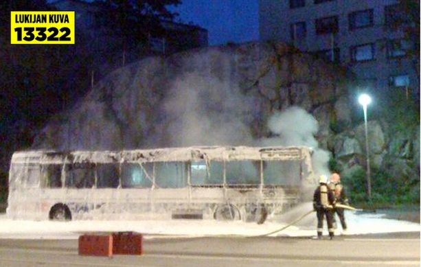 Palomiehet saivat sammutettua palavan linja-auton rivakasti.