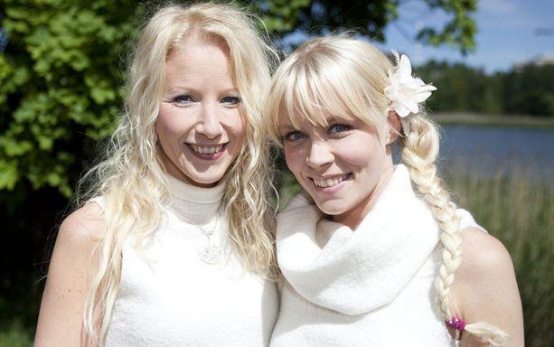 KIIREISET NEIDOT Susan Aho (vas.) ja Johanna Virtanen ovat olleet kiivaassa pyörityksessä myös euroviisujen jälkeen. Pelkästään heinäkuulle on sovittu yli 20 keikkaa.