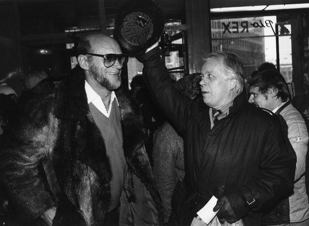 Spede Pasanen (vasemmalla) ystävänsä Simo Salmisen kanssa vuonna 1985.