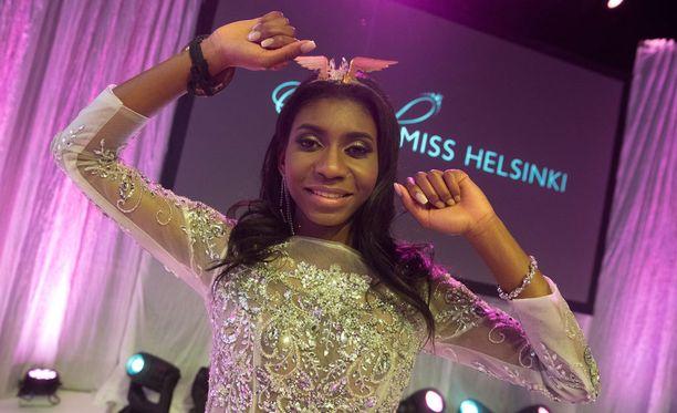Sephora Ikalaba kruunattiin vuoden 2017 Miss Helsingiksi torstaina järjestetyssä finaalissa.