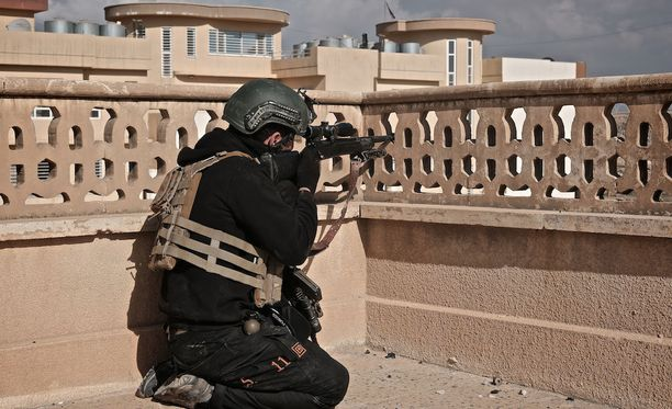 Irakin poliisin tarkka-ampujat ovat Isisin painajainen. Kuvassa poliisin tarkka-ampuja Mosulissa helmikuussa.