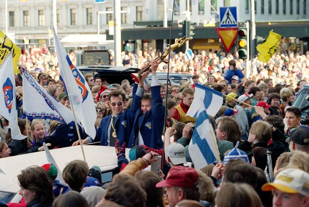 Vuoden 1995 jääkiekon maailmanmestarit käyttivät pokaalia myös Tampereen Keskustorilla.