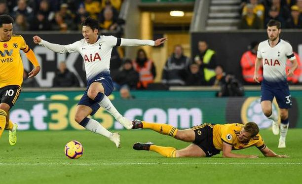 Kuvassa Tottenhamin Son Heung-Min ja Wolverhamptonin Ryan Bennett.
