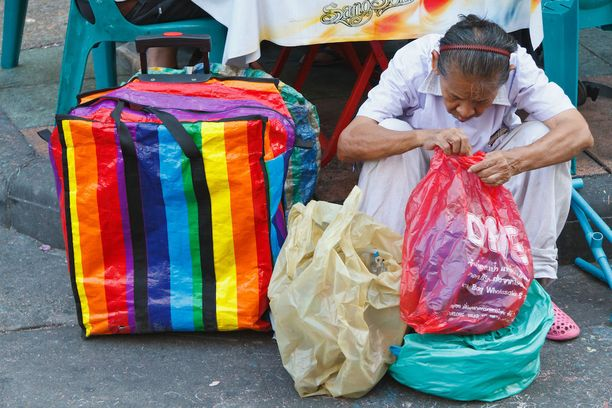 Thaimaalainen nainen perinteisen torikassin kanssa.