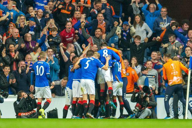 Sheyi Ojo sai Rangers-kollegat niskaansa 1-0-maalin jälkeen.