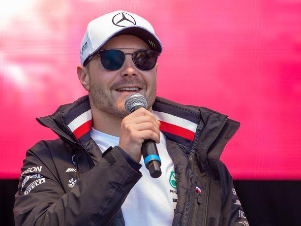 Valtteri Bottas hauskuutti Mercedeksen mestaruusjuhlissa tehtaan työntekijöitä, mutta sanoi myös Lewis Hamiltonille, ettei tämä pääse ensi kaudella mestaruustaistossa yhtä helpolla kuin tänä vuonna.