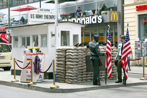 Checkpoint Charlie ja takana tunnelmaa luomassa pikaruokaravintola McDonald's.