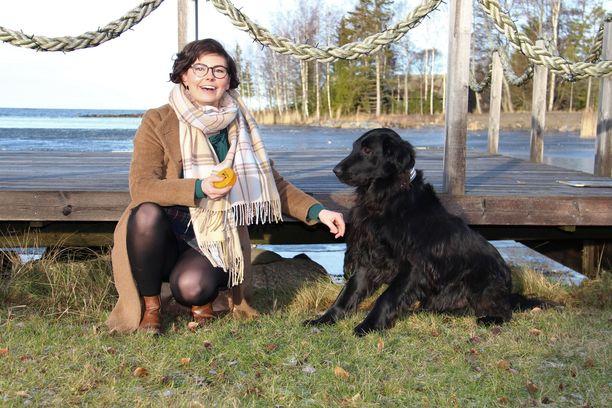Jenni Nurmi kertoo aina halunneensa asua maalla. Hänen kotinsa sijaitsee Brändöössä.