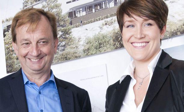 YLLÄTYSKÄÄNNE Hjallis Harkimon ja Mira Kasslinin yhteistyö alkoi Hanko-projektista. Nyt Miran perheyritys myy Hjalliksen Sipoonranta-projektin asuntoja.