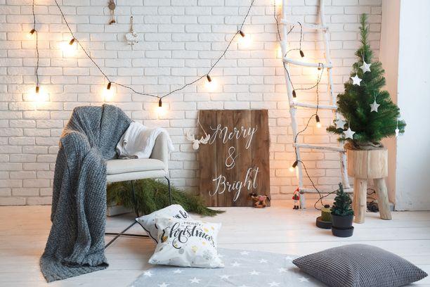 Joulukodin ei tarvitse näyttää perinteiseltä punaisine ja vihreine koristeineen. Minimalistinen joulutyyli on monen suomalaisen mieleen, sillä se mukailee kodin linjoja.