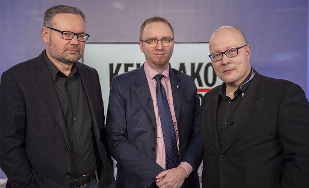 Kehtaako edes sanoa -ohjelmassa politiikan toimittaja Mika Koskinen (vasemmalla), kansanedustaja Simon Elo ja politiikan toimituksen esimies Juha Ristamäki.