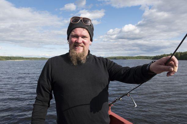 Näyttelijä Ville Haapasalo kiertää ympäri Suomea Ruudun alkuperäisohjelmassa.