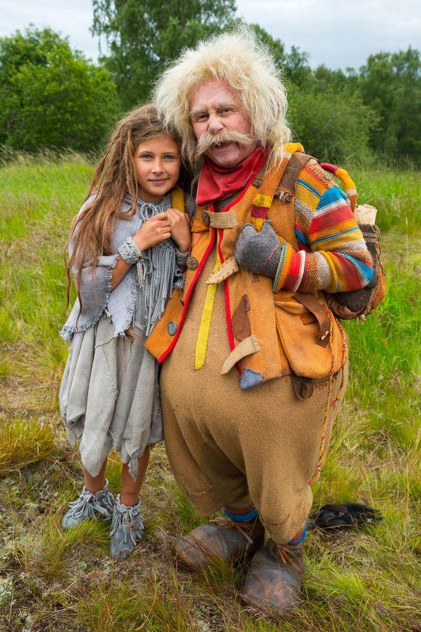 Linnéa Röhr esittää Juurakko-tyttöä toisessa pääroolissa uudessa Rölli-elokuvassa Allu Tuppuraisen rinnalla.