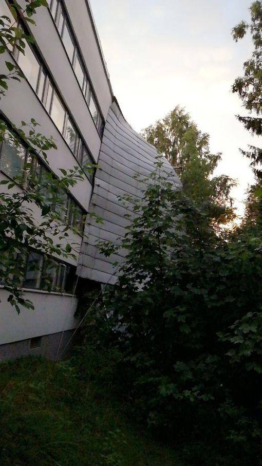 Lukija kertoo, että Helsingin Pihlajamäessä kerrostalon katto repesi myrskyssä.