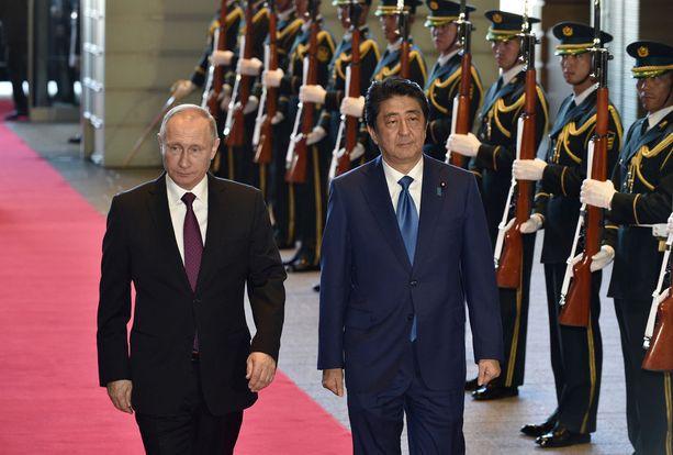 Venäjän presidentti Vladimir Putin tapasi Japanin pääministerin Shinzo Aben kolme tuntia myöhässä..