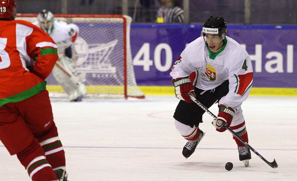 Balazs Sebok haastoi Valko-Venäjän puolustusta Unkarin jääkiekkoilun historiallisessa ottelussa MM-kisoissa 2016.