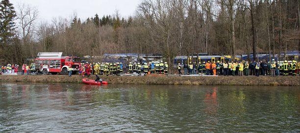 Onnettomuusalueen lähellä sijaitsee pato, jonka kautta pelastusmiehiä on saapunut myös paikalle.
