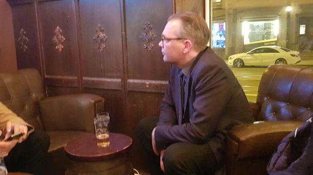 Jussi Niinistö vetäytyi nauttimaan vaalioluttaan ja vaalijalluaan kaikessa rauhassa hiljaisena miehenä.