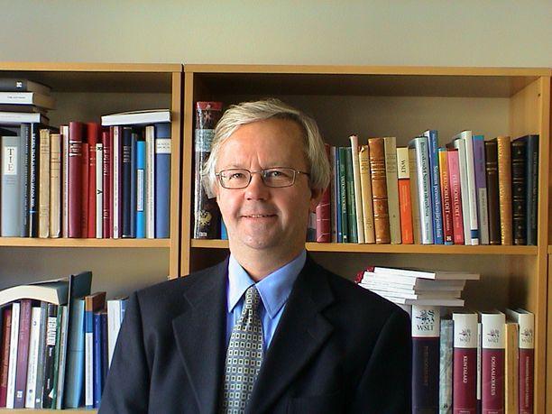 Helsingin yliopiston hallinto-oikeuden professori Olli Mäenpää on laskuttanut kuluvalla vaalikaudella eduskuntaa asiantuntijatyöstä 119 260 eurolla.