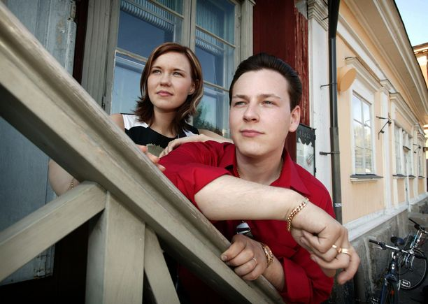 Vuoden 2003 tangokuninkaalliset Saija Tuupanen ja Kari Hirvonen ehtivät olla hiukan yli vuoden kihloissa ennen eroaan. Romanssi kiinnosti suuresti ihmisiä, sillä harvoin tangokuninkaalliset rakastuvat toisiinsa. Pariskunta erosi vuonna 2006. Nykyään Tuupanen seurustelee koomikko Sami Hedbergin kanssa.