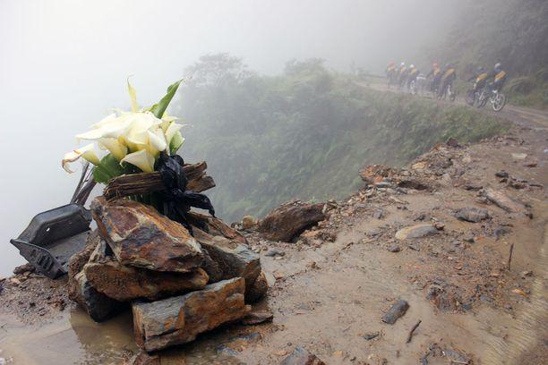 Kivikasa ja tuoreet kukat kertovat, että jonkun matkalaisen matka ja elämä ovat päättyneet tässä hiljattain.