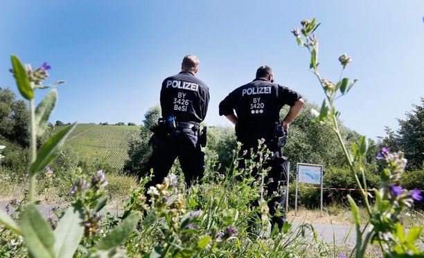 Poliiseja rikospaikalla, jossa neljä ihmistä loukkaantui vakavasti 17-vuotiaan hyökkäyksessä.