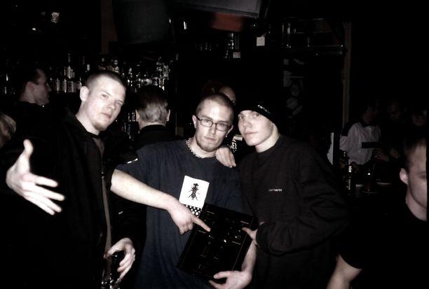 Fintelligens eli Iso H (vasemmalla) ja Elastinen (oikealla) Highlightissa syksyllä 1999. Keskellä Fintelligensin live-kokoonpanon selkäranka DJ Ewok. Näihin aikoihin Iso H päätti jättää kannabiksen käytön ja myymisen.