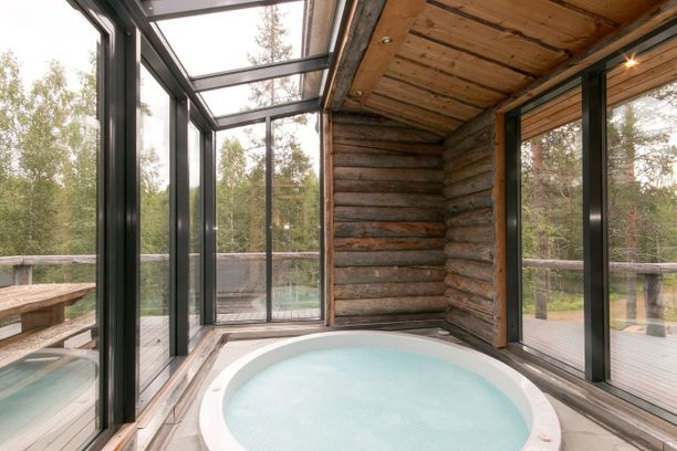 Poreissa voi rentouta. Lasi-ikkunan takaa näkyy metsä.