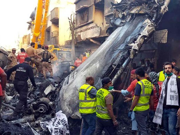 Perjantaina Pakistanissa tapahtuneessa lentoturmassa on kuollut ainakin 80 ihmistä, mutta menehtyneitä uskotaan löytyvän lisää.