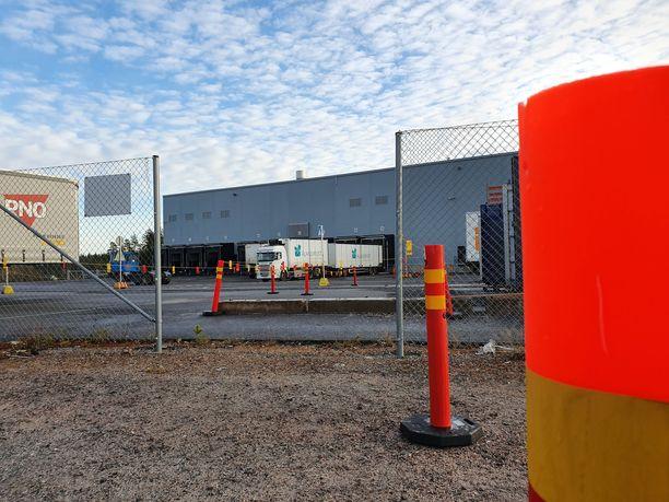 Tältä Postin Liedon logistiikkakeskuksen uusi portti näytti tiistaina kymmenen jälkeen aamupäivällä. Uuden portin toiselle puolelle syntyneen kulkuväylän läpi kulkee raskasta liikennettä.