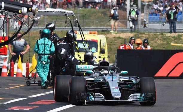 Valtteri Bottas joutui tekemään Ranskan GP:ssä kaksi varikkopysähdystä ja putosi toiselta sijalta seitsemänneksi.