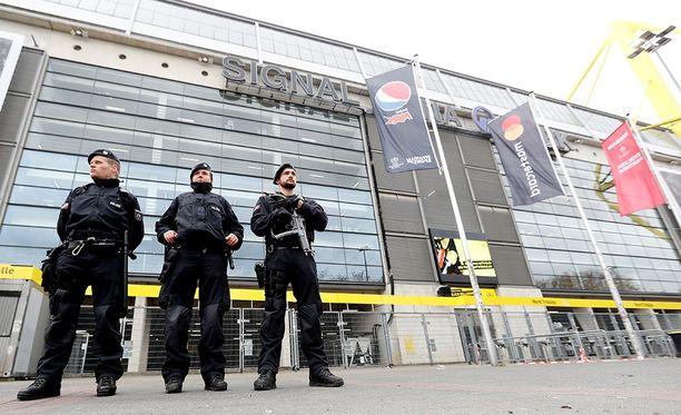 Poliisit partioivat Borussia Dortmundin kotistadionin edustalla.