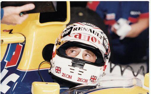 F1-legenda menetti voiton kalkkiviivoilla heilutettuaan kättään yleisölle – ohi porhalsi kaikista kuskeista arkkivihollinen