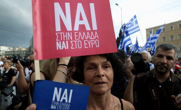 Kansanäänestyksen puolella olevat mielenosoittajat kokoontuivat Ateenassa maan parlamentin edustalla tiistaina.