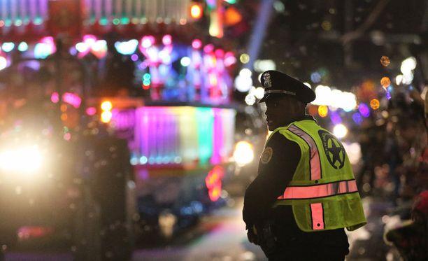 Avolava-farmari ajoi Mardi Gras -paraatin katsojien joukkoon New Orleansissa lauantaina.
