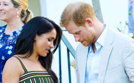 Näin brittihovi sai tietää Meghanin keskenmenosta - tukijoina prinssit Charles ja William