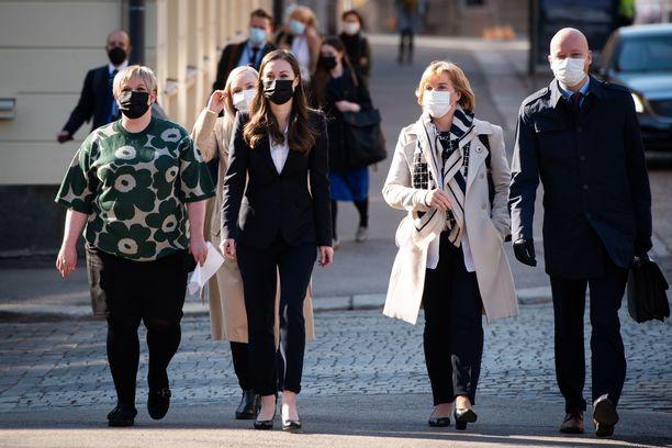 Hallituksen johtoviisikko asteli lähes rinta rinnan kevään kehysriihineuvotteluiden aloitukseen Helsingin Säätytalolle keskiviikkona 21. huhtikuuta.