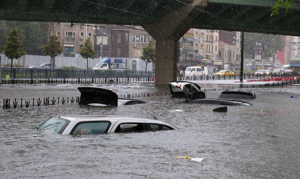 Tulvat ovat pysäyttäneet liikenteen eri puolilla Istanbulia.