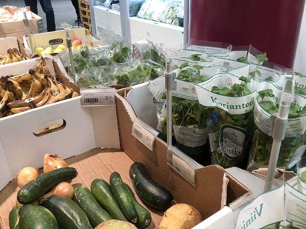 Ensimmäinen ostaja osti kaupasta porkkanoita ja ison laatikollisen sipuleita.