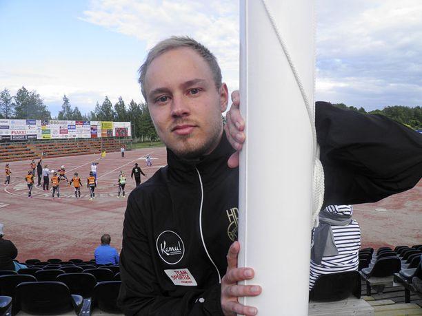 Matias Hangasmaa työpaikallaan Haminan Vallikentällä.