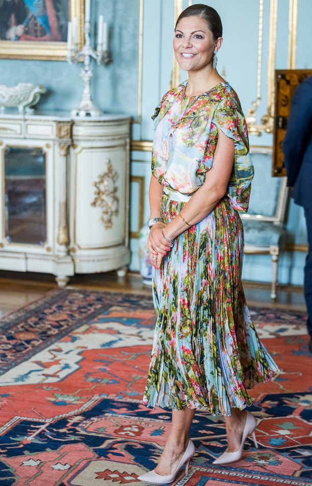 Victoria edusti tavoilleen uskollisesti tyylikkäänä.