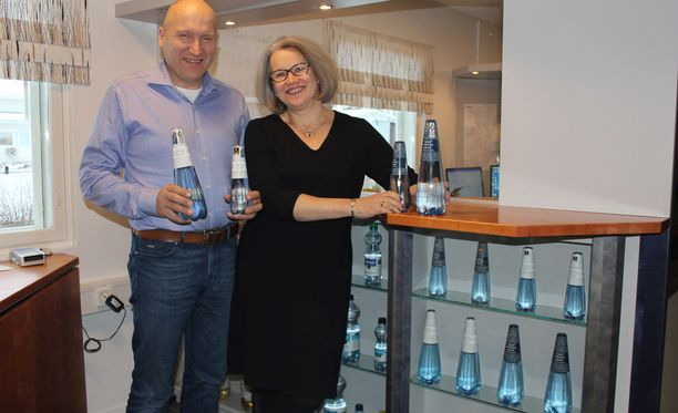 Hannu ja Virpi Ali-Haapala sekä jälleen tänä vuonna kansainvälisen muotoilupalkinnon saaneet vesipullot. Yrityksen lähdevesi valittiin myös toistamiseen maailman valioiden joukkoon.