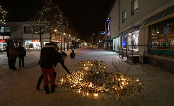 Ravintola Vuoksenvahdin edustalle oli tuotu maanantai-iltaan mennessä kymmenittäin kynttilöitä.