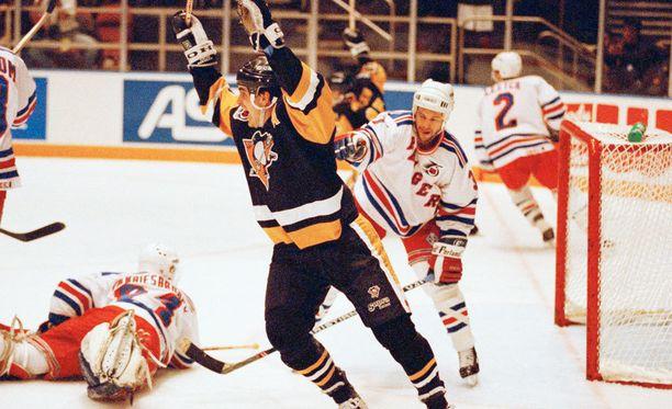 Kevin Stevens kylvi kauhua Pittsburgh Penguinsissa.