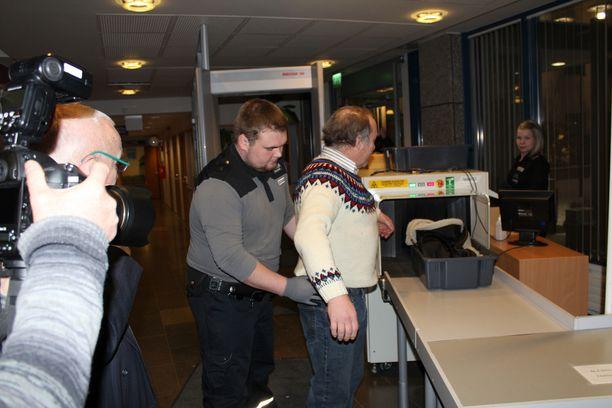 Teuvo Hakkarainen käräjäoikeuden turvatarkastuksessa.