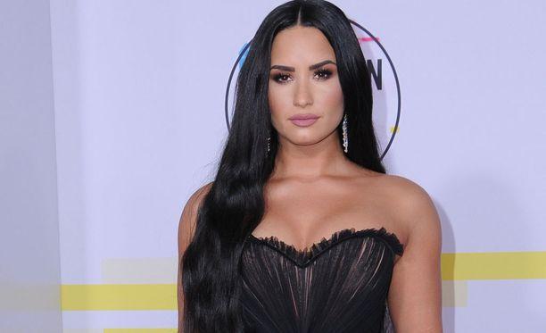 25-vuotias Lovato on tehnyt huikean uran artistina. Menestystä ovat kuitenkin varjostaneet raskaat henkilökohtaiset ongelmat: syömishäiriöt ja päihdeongelmat.