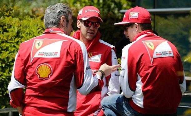 Maurizio Arrivabene (kuvassa vasemmalla) vannoo, etteivät Sebastian Vettel ja Kimi Räikkönen saa Ferrarilla erilaista kohtelua.